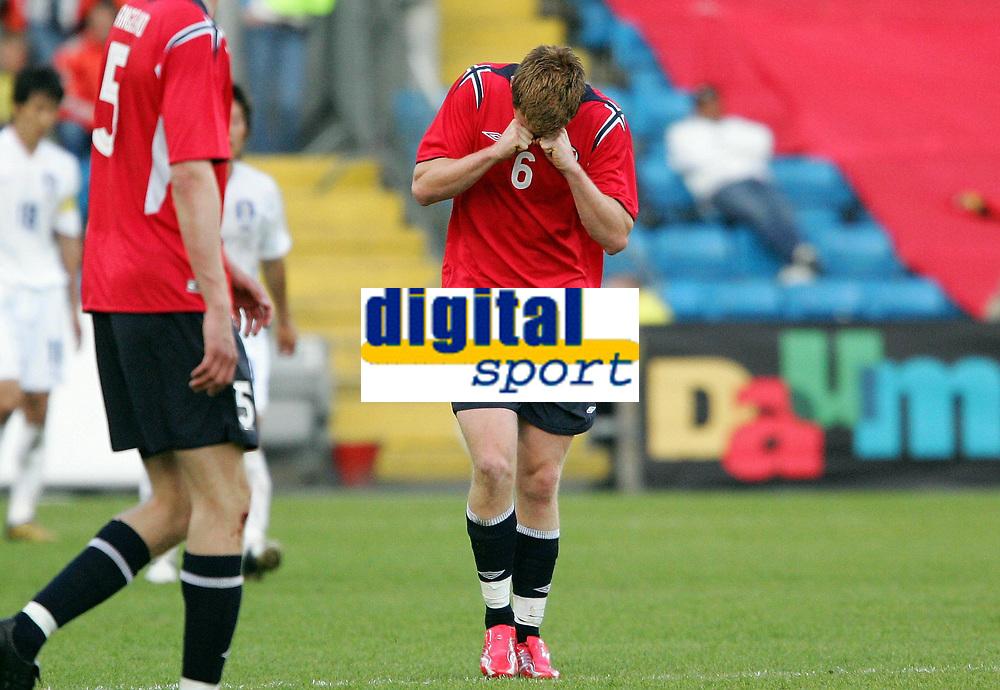 Fotball / Football<br /> Privatlandskamp / Friendly match<br /> Norge v Sør-Korea 0-0<br /> Norway v Korea Republic 0-0<br /> 01.06.2006<br /> Foto: Morten Olsen, Digitalsport<br /> <br /> John Arne Riise in pain