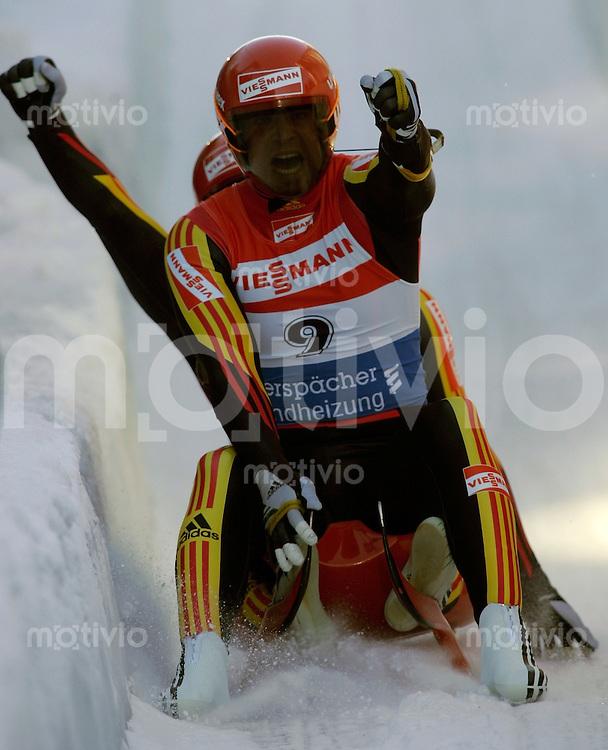Oberhof , 280106 , Weltcup Rennrodeln  Patric Leitner und Alexander Resch / GER jubeln im Ziel