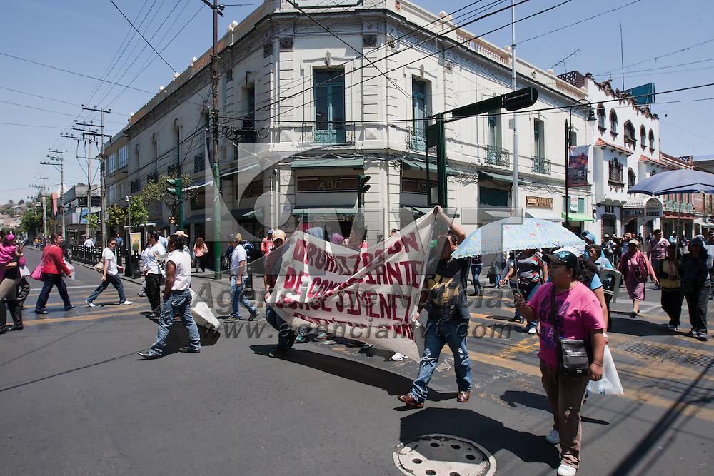 TOLUCA, Mexico.- Comerciants de la organizacion Jorge Jimenez Cantu protestan en calles del centro de la ciudad exigiendo espacios luego de ser desalojados de la zona terminal y mercado Juarez. Agencia MVT / Mario Vazquez de la Torre.
