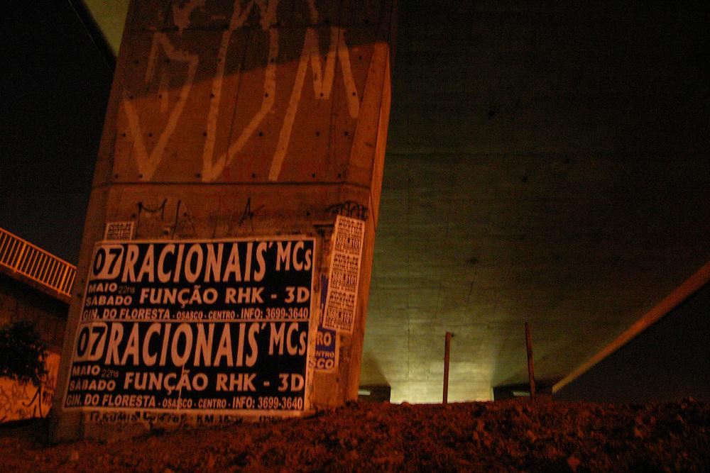 Sao Paulo_SP, Brasil...Cartazes no viaduto em Sao Paulo...Posters on the overprass in Sao Paulo...Foto: LEO DRUMOND / NITRO