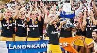 DEN BOSCH - Vreugde bij Den Bosch ,zaterdag na het winnen van de landstitel door de overwinning op Laren  (2-1 na golden goal). In het midden aanvoerder Maartje Goderie.