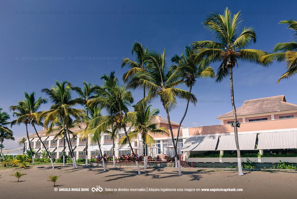 A praia e os coqueiros do Hotel Términus no Lobito. Província de Benguela. Angola