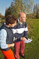 CAPELLE aan de IJSSEL - Het regelboekje met golfregels er op naslaan op de Capelse Golfclub. FOTO KOEN SUYK