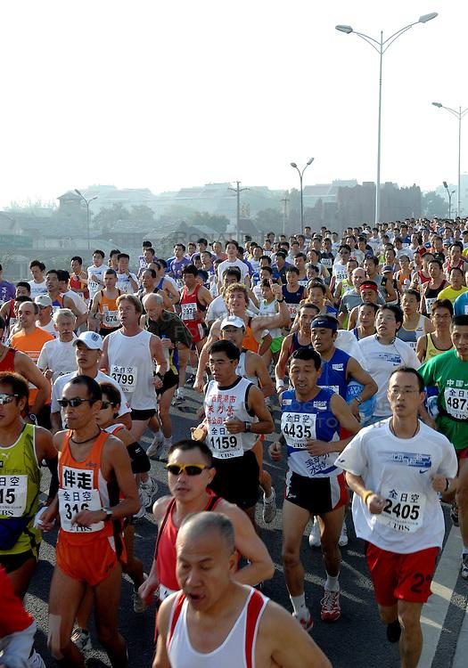 21-10-2007 ATLETIEK: ANA BEIJING MARATHON: BEIJING CHINA<br /> De Beijing Olympic Marathon Experience georganiseerd door NOC NSF en ATP is een groot succes geworden / Duizenden chinezen opweg <br /> ©2007-WWW.FOTOHOOGENDOORN.NL