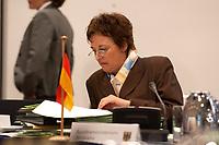 06 NOV 2003, BERLIN/GERMANY:<br /> Brigitte Zypries, SPD, Bundesjustizministerin, liest in Unterlagen, vor Wiederaufnahme einer Sitzung mit den Justizministern der Laender, Landesvertretung Schleswig-Holstein<br /> IMAGE: 20031106-02-024<br /> KEYWORDS: Akte, Akten, lesen