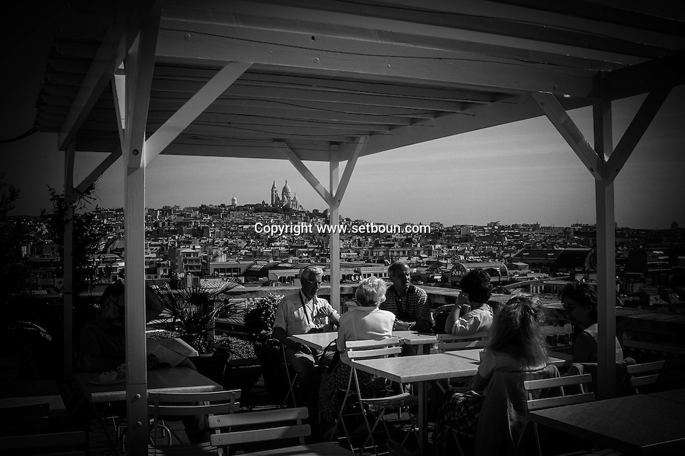 France. Paris. 9th district. cafe Restaurant on  the Galeries Lafayette department store roof top./  cafe restaurant sur le toit des galeries lafayette