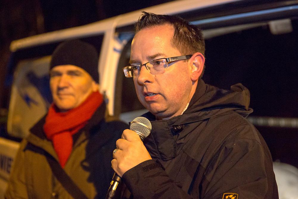 Begleitet von Gegenprotesten demonstrieren ca. 100 Personen gegen  ein Notaufnahmelager für Flüchtlinge im Berliner Stadteil Köpenick. Ca. 200 Menschen protestieren gegen den Aufmarsch der Rechtsextremen und Anwohner. Der Bezirksbürgermeister von Treptow-Köpenick, Oliver Igel (SPD) spricht bei der Gegendemonstration. <br /> <br /> [© Christian Mang - Veroeffentlichung nur gg. Honorar (zzgl. MwSt.), Urhebervermerk und Beleg. Nur für redaktionelle Nutzung - Publication only with licence fee payment, copyright notice and voucher copy. For editorial use only - No model release. No property release. Kontakt: mail@christianmang.com.]