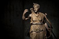 Diane, deesse de la chasse.<br /> Lemusee gallo-romain de Lyona ete construit pres des theatres romains, sur la colline deFourviere, situee autrefois au cœur de la cite romaine de Lugdunum. <br /> Capitale de la province Lyonnaise, c etait une cite gallo-romaine importante et prospere qui a laisse de nombreux vestiges.<br /> Le musee actuel, construit par l architecteBernard Zehrfussa ete inaugure en 1975. Le batiment est inscrit en bordure du site antique, enterre sous la colline de fourviere.Les deux monuments majeurs de la cite : le theatre et l odeon, sont desormais integres au secteur classePatrimoine Mondialpar l UNESCO.A l interieur, on y accede par une rampe en beton brut descendant en spirale et se ramifiant vers des paliers destines a l exposition des collections du musée.<br /> Ce musee reçoit a peu pres 100 000 visiteurs par an.