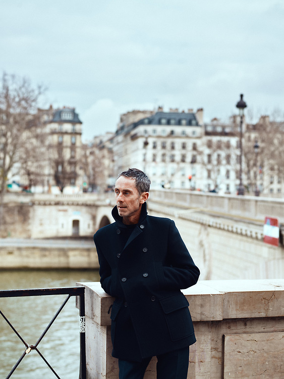Martin Grant, fashion designer, posing on the Louis-Philippe bridge. Paris, France. January 3, 2019. <br /> Martin Grant, designer de mode, pose sur le Pont Louis-Philippe. Paris, France. 3 janvier 2019.