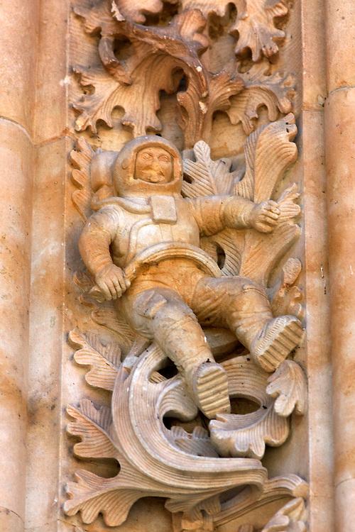 España. Castilla-La Mancha. Salamanca <br /> Figura de un astronauta en la fachada de la catedral<br /> <br /> © JOAN COSTA