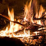 Noorwegen Robru Gol 24 december 2008 20081224 Foto: David Rozing .Wintertafereel, knakworsten roosteren via houten spiezen op het vuur in de buitenlucht.Wintertime, preparing sausages on fire in nature..Foto: David Rozing