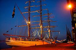"""Quem Tem a visão da Belíssima imagem do Navio Veleiro """"Cisne Branco"""" é transportado, por força mágica, a compreender e sentir todo o valor das tradições e cultura marítimas. Afinal, são os homens do mar em seus navios que têm espandido o ecúmeno, mantido soberanias e independências, aproximando os povos e polonizado a cultura. Com sua silhueta inspirada na dos """"Clippers"""", foi construido em 1998 e entregue à Marinha do Brasil em 04 de fevereiro de 2000. No Rio Tejo foi incorporado à Marinha do Brasil, a 09 de março de 2000, exatamente 500 anos após a partida de Pedro Alvares Cabral. FOTO: Alfonso Abraham / Preview.com"""