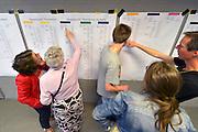 Nederland, Groesbeek, 20-6-2015Piet Janssen heeft de stamboom van moeders kant, Hubers uitgezocht en de familie viert dit met een reunie. Ruim 200 mensen die elkaar voor een groot deel niet kennen hebben een leuke midddag.FOTO: FLIP FRANSSEN/ HOLLANDSE HOOGTE
