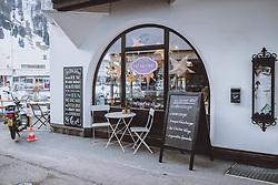 THEMENBILD - leere Stühle vor einem Kaffeehaus, aufgenommen am 19. Dezemeber 2020 in Engelberg, Schweiz // Empty chairs in front of a coffee house in Engelberg, Switzerland on 2020/12/19. EXPA Pictures © 2020, PhotoCredit: EXPA/ JFK