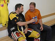 Auch nach einer Niederlage kann man noch mit einem Bier anstossen. Andre Roetheli und Trainer John Van Boxmeer © Pascal Gabriel