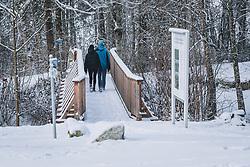 THEMENBILD - ein Paar überquert eine mit Neuschnee bedeckte Holzbrück, aufgenommen am 03. Dezember 2020, Kaprun, Österreich // a couple crosses a wooden bridge covered with fresh snow on 2020/12/03, Kaprun, Austria. EXPA Pictures © 2020, PhotoCredit: EXPA/ Stefanie Oberhauser