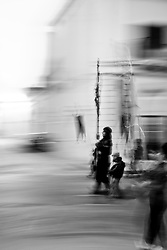 Il Crocifisso che si trovava nella chiesa occultato da un manto viola fino al giorno precedente, apre adesso la processione all'alba del Sabato Santo in un silenzio quasi irreale