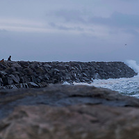 Lista  20161226.<br /> Ekstremværet Urd er på vei. Her kikker folk på bølgene langs moloen på Borhaug på Lista.<br /> Foto: Tor Erik Schrøder / NTB scanpix