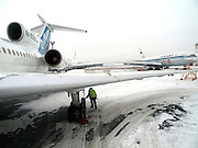 Mechaniker kontrolliert die Reifen einer Tupolev 154M nach der Landung auf dem  Flughafen Nowosibirsk-Tolmatschowo.<br /> <br /> Mechanic is checking the wheels of a Tupolev 154M after landing at the airport Nowosibirsk-Tolmatschowo.