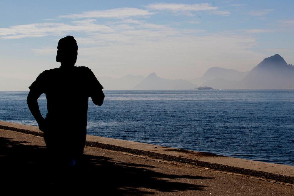 Rio de Janeiro_RJ, Brasil.<br />  <br /> Homem caminhando na Bahia de Guanabara na cidade do Rio de Janeiro.<br /> <br /> A man walking near in Bahia de Guanabara in Rio de Janeiro.<br /> <br /> Foto: BRUNO MAGALHAES / NITRO