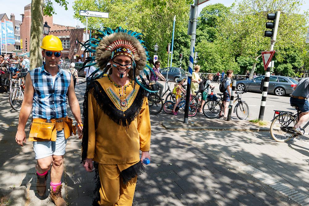 Twee deelnemers lopen, verkleed als The Village People, door de binnenstad. In Utrecht wordt voor de derde keer de Utrecht Canal Pride gehouden. Ruim veertig boten varen door de Utrechtse grachten om te vieren dat je kunt zijn wie je wilt zijn en kunt houden van je wie je wil. <br /> <br /> In Utrecht over 40 boats sail at the canals for the third Utrecht Canal Pride, the parade to celebrate that you can be who you want to be and to love who you want to love.