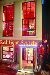 O Red Light District, atração turística das mais concorridas é um bairro dos mais antigos e pitorescos. Como vitrines, as prostitutas montavam uma espécie de sala de estar e lá, numa poltrona instalada sobre um tablado, exibiam-se para os clientes. Ainda que a prostituição só esteja legalizada desde 2000, as luzes vermelhas piscam há mais de 100 anos. FOTO: Jefferson Bernardes/ Agência Preview