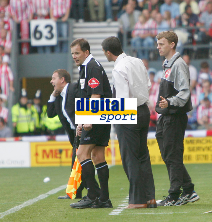 Roy Keane queries a decision with the linesman