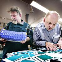 Nederland,Enschede ,12 februari 2008..De Polaroid fabrieken in Nederland zullen dit jaar nog sluiten.Die in de VS en Mexico zullen na verloop van tijd volgen..Polaroid zal zich in de toekomst gaan toeleggen op de digitale markt..Werknemers in de fabriek van Polaroid.