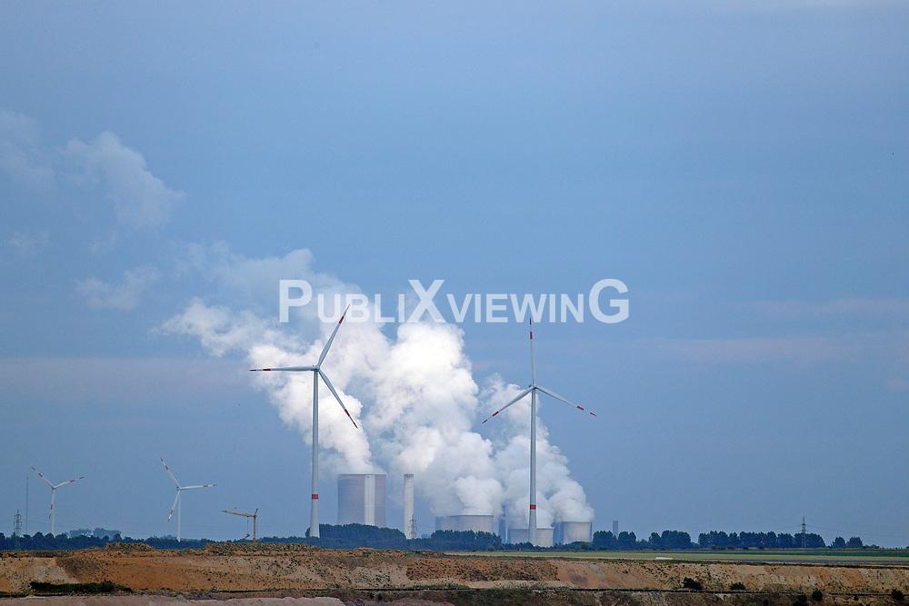Vereinzelte Windräder vor einem Kohlekraftwerk in Nordrhein-Westfalen.<br /> <br /> Ort: Garzweiler<br /> Copyright: Andreas Conradt<br /> Quelle: PubliXviewinG