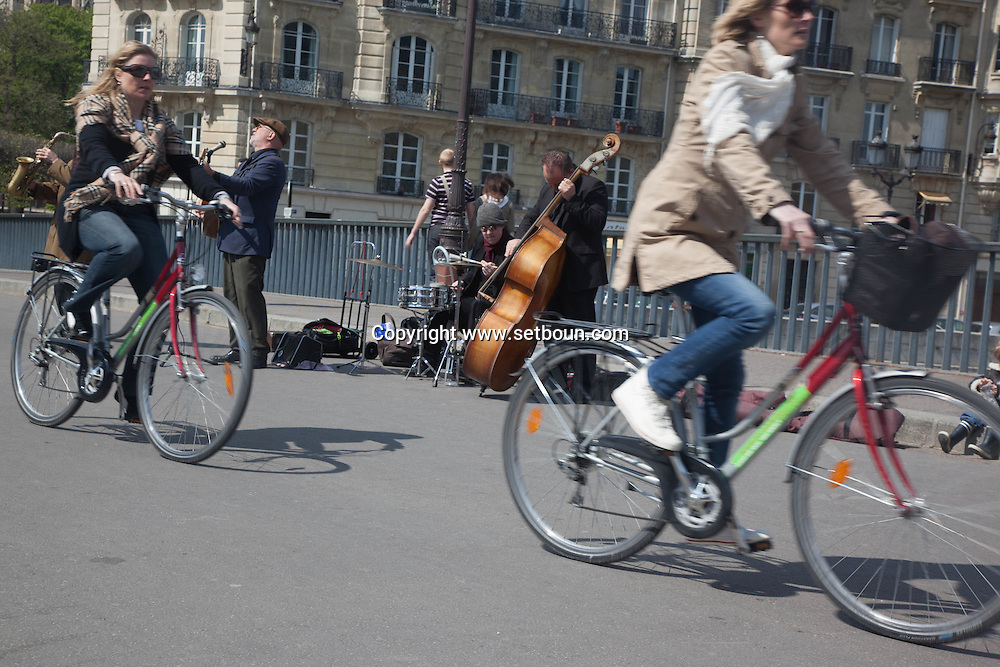 France. Paris. 4th district.  Musicians Playing on the pont Saint Louis