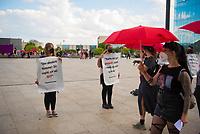 DEU, Deutschland, Germany, Berlin, 02.06.2021: Prostituierte mit roten Regenschirmen schauen sich die Plakate von Prostitutionsgegnern bei einer Kundgebung auf dem Washingtonplatz an. Am heutigen Internationalen Hurentag demonstrieren hier sowohl die Befürworter von Prostitution als auch die Gegner (Aktionskreis Berlin Pro Nordisches Modell).