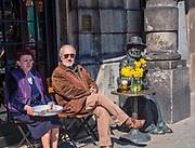 Pomnik Piotra Skrzyneckiego na Rynku Głównym 29 przed Kamienicą Pod Blachą przy drink barze Vis-a-Vis, Kraków, Polska<br /> Monument to Piotr Skrzynecki  on the Main Market Square 29, in front of the Townhouse at the Vis-a-Vis drink bar, Cracow, Poland