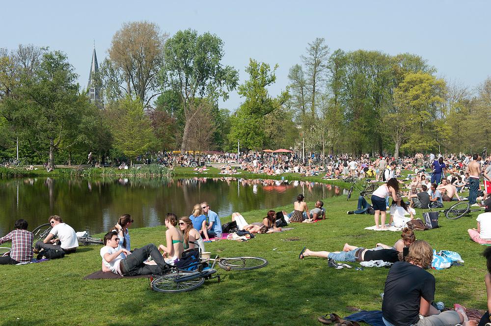 Nederland, Amsterdam, 21 april 2011.Vondelpark op een zonnige lentedag...Foto (c) Michiel Wijnbergh, Driebergen