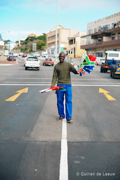 Een straatverkoper verkoopt WK-vlaggen op een kruispunt in de Zuid Afrikaanse stad Port Elizabeth.