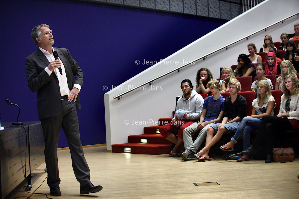 Nederland, Amsterdam , 29 augustus 2013.<br /> Openingswoord Bestuursvoorzitter VUmc Wouter Bos aan Eerstejaarsstudenten medische faculteit in de Amstelzaal van VUmc.<br /> <br /> Foto:Jean-Pierre Jans