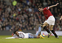 Fotball<br /> England 2004/2005<br /> Foto: SBI/Digitalsport<br /> NORWAY ONLY<br /> <br /> Manchester United v Aston Villa<br /> FA Barclays Premiership.<br /> 22/01/2005.<br /> United's Roy Keane and Villa's Nolberto Solano feels the challenge