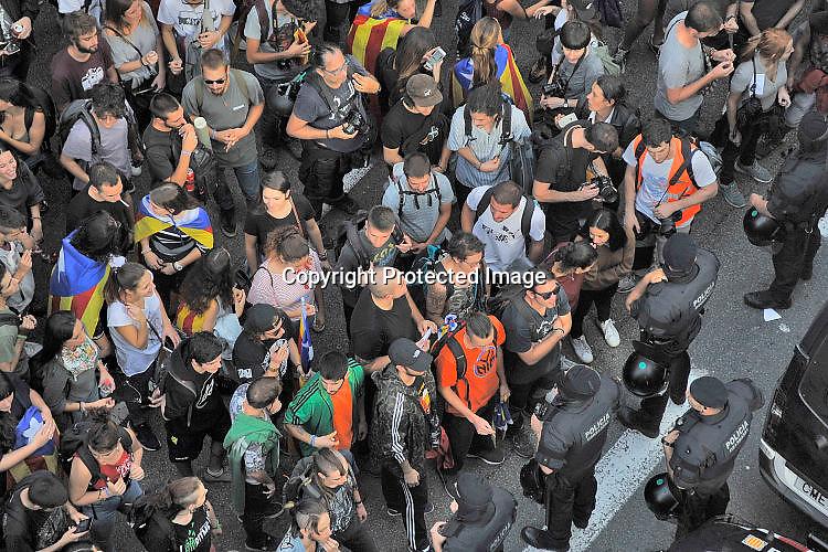 Spanje, Spain, Barcelona, 2-10-2017Vandaag werd bij veel plaatsen in Catalonie waar de nationale politie verblijft, zoals hotels en politiebureaus, geprotesteerd tegen het gewelddadige optreden van gisteren tijdens de stemming voor het referendum. Om erger te voorkomen worden deze plekken afgeschermd door de Mossos desquadras, de catalaanse politie, die veel sympathie hebben verworven bij het publiek omdat ze gisteren op verschillende plekken tussen de stemburos en de nationale politie gingen staan om geweld en inbeslagname van de stembussen te verhinderen.Foto: Flip Franssen