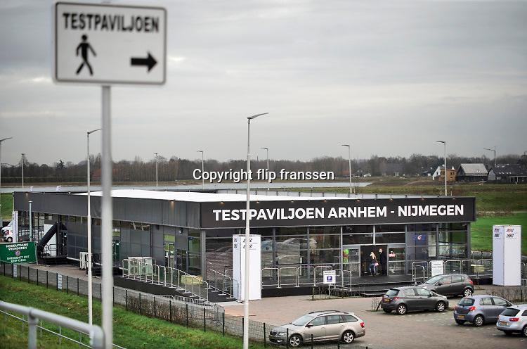 Nederland, Nijmegen, 22-12-2020 Langs de a325 in Lent is een mega testlocatie van de GGD gebouwd en in gebruik genomen. Het xl-paviljoen kan een groot aantal coronatests per dag, rond de 4000, voor de bewoners in de regio arnhem nijmegen en betuwe uitvoeren . Na twee uur is er een uitslag . Ook gaan hier vaccinaties plaatsvinden begin volgend jaar.  Foto: ANP/ Hollandse Hoogte/ Flip Franssen