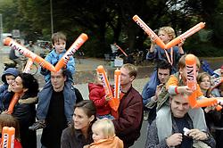 15-10-2006 ATLETIEK: MARATHON AMSTERDAM: AMSTERDAM<br /> Support publiek<br /> ©2006: WWW.FOTOHOOGENDOORN.NL