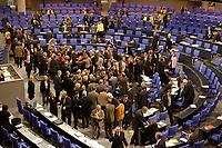 16 NOV 2002, BERLIN/GERMANY:<br /> Namentliche Abstimmung nach der Bundestagsdebatte zu den Eilgesetzen zur Rente und Gesundheit, Plenum, Deutscher Bundestag  <br /> IMAGE: 20021116-01-010<br /> KEYWORDS: Übersicht, Uebersicht