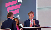 Koning Willem-Alexander feliciteert Tom Dumoulin na afloop van de eerste etappe van de Giro 2016. <br /> <br /> King Willem-Alexander congratulates Tom Dumoulin after the first etappe of the Giro 2016.