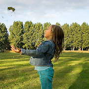 Nederland Rotterdam Deelgemeente prins alexander 07-09-2008 20080907 Foto: David Rozing ..Zevenkamp, meisje gooit graspollen in de lucht, vreugde, lol .Little girl playing with grass, summertime..Foto: David Rozing