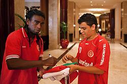 Tinga autografa para os torcedores no hall do Beach Rotana Hotel , em Abu Dhabi. O S.C. Internacional participa de 8 a 18 de dezembro do Mundial de Clubes da FIFA, em Abu Dhabi. FOTO: Jefferson Bernardes/Preview.com