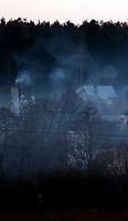 Suprasl woj podlaskie, 23.02.2014. n/z dymy unoszace sie nad domami opalanymi drewnem fot Michal Kosc / AGENCJA WSCHOD