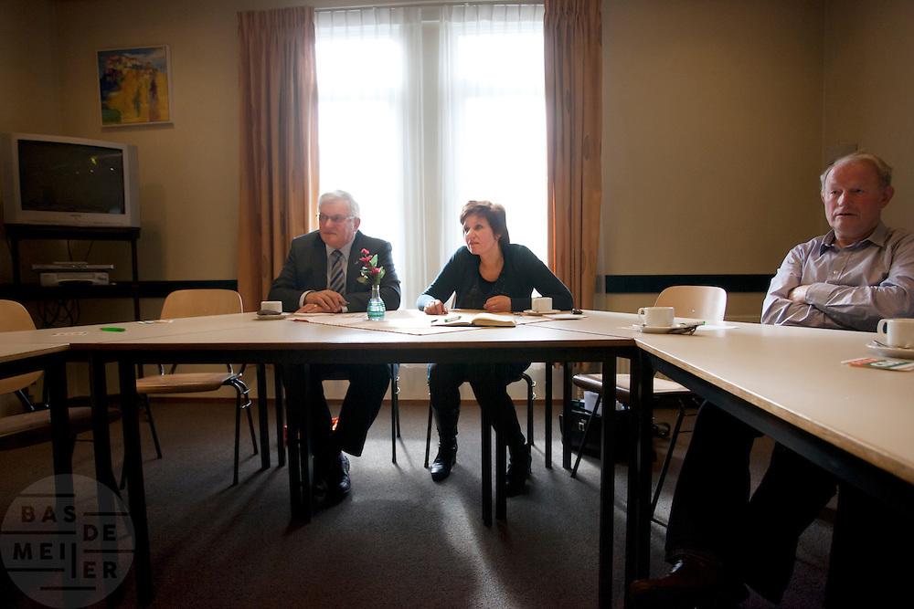 Ruth Peetoom praat in Zeewolde met leden van het CDA. Ze bezoekt de provincie Flevoland en Heerenveen tijdens haar campagne als kandidaat-voorzitter van het CDA. Peetoom wil weten wat de CDA leden willen en haar verhaal vertellen, zodat de leden weten op wie ze kunnen stemmen