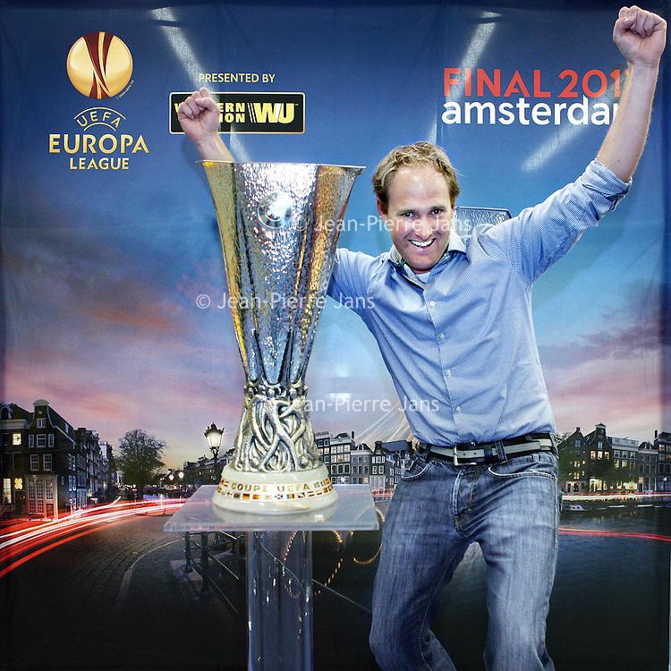 Nederland, Amsterdam , 9 mei 2013.<br /> De Europa Leaguebeker , oftewel UEFA beker was in de Sporthallen Zuid te bewonderen.<br /> Op de foto: Jelle de Wit van de KNVB met de beker.<br /> <br /> <br /> Foto:Jean-Pierre Jans