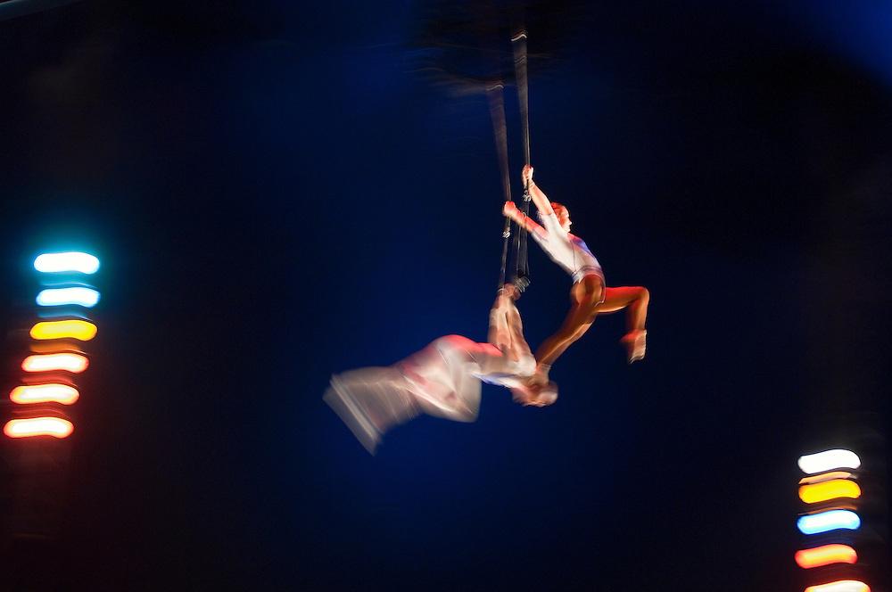 Démonstration de trapèze volant par deux élèves de l'Ecole des Arts du Cirque lors d'un spectacle de fin d'année.