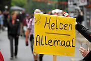 Nederland, Nijmegen, 17-7-2008Vierdaagse, de dag van Groesbeek. Traditioneel de zwaarste vanwege de zevenheuvelenweg die een vijftal heuvels heeft tussen Groesbeek en Berg en Dal. Hier de doorkomst in Berg en Dal. Het publiek langs de route steekt de deelnemers op het laatste stuk een hart onder de riem.Foto: Flip Franssen/Hollandse Hoogte