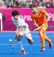LONDEN - Rogier Hofman in duel met de Indier Uthappa ,maandag in de hockey wedstrijd tussen de mannen van Nederland en India (3-2) tijdens de Olympische Spelen in Londen .ANP KOEN SUYK