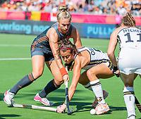 ANTWERPEN -  Laurien Leurink (Ned) met Selin Oruz (Ger)    tijdens  de   finale  dames  Nederland-Duitsland  (2-0) bij het Europees kampioenschap hockey.   COPYRIGHT  KOEN SUYK